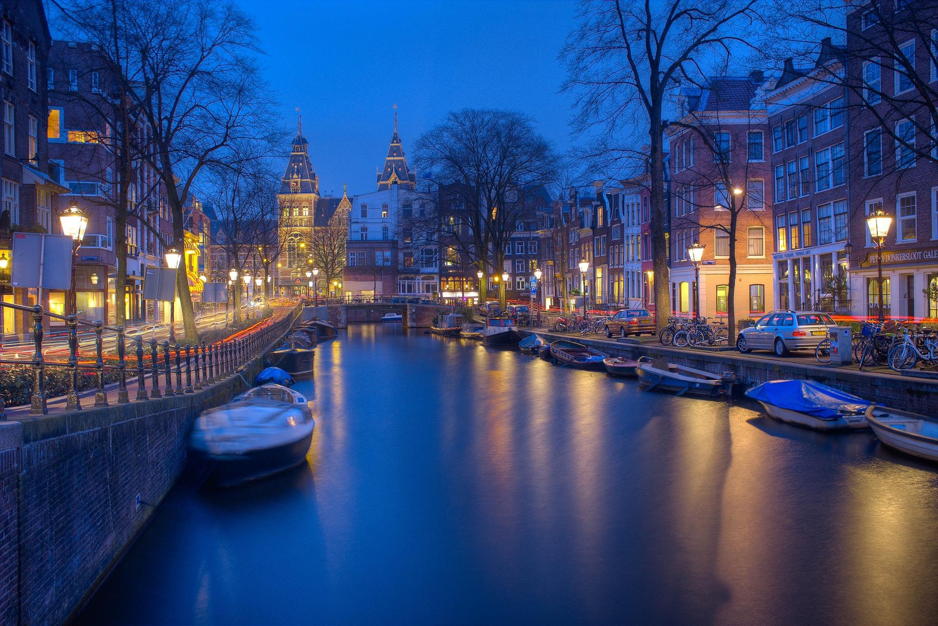 que idioma se habla en amsterdam